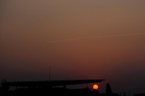 飛行機雲と夕日