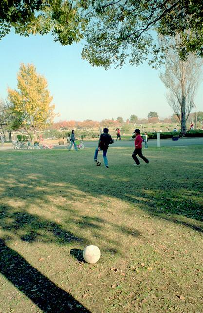 サッカーで遊ぶ子供たち