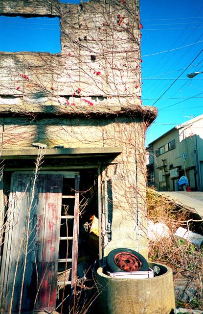 町角の廃屋