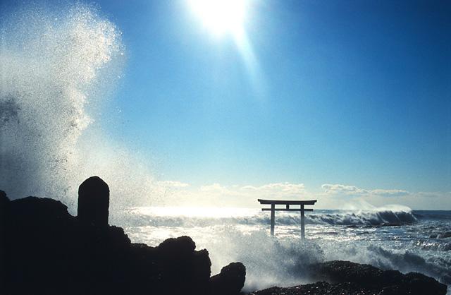 神磯鳥居 ~荒波との闘い~(1)